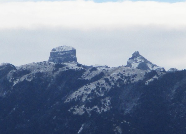 首波寒流發威,位於苗栗、台中交界的雪霸聖稜線,各山頭在一夜間白了頭,圖為大霸、小霸尖山。(圖由保七第五大隊提供)