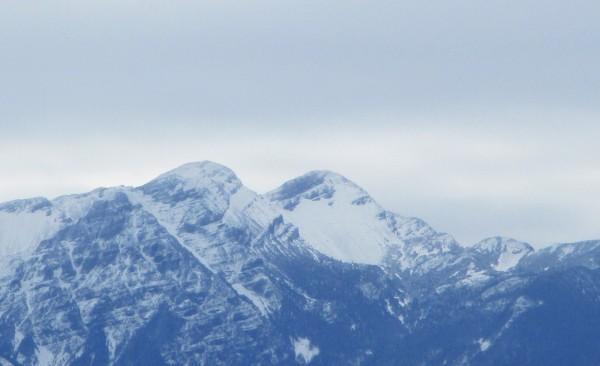 首波寒流發威,位於苗栗、台中交界的雪霸聖稜線,各山頭在一夜間白了頭,圖為雪山。(圖由保七第五大隊提供)