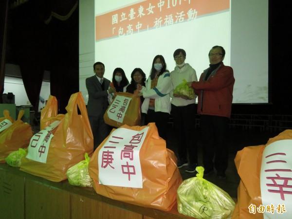 台東女中今天舉辦「包高中」活動,為拚戰學測學生們祈福。(記者黃明堂攝)