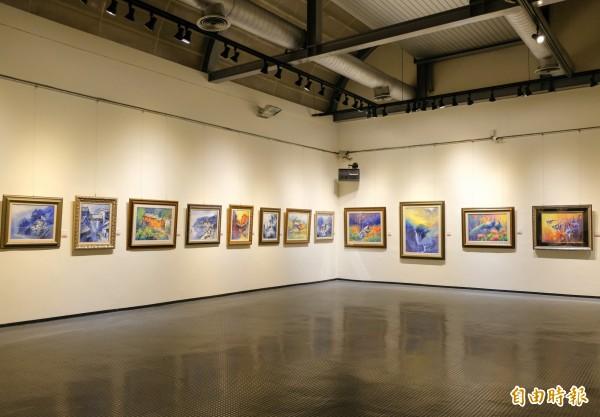 新竹縣文化局美術館即日起舉辦傅乾輝油畫回鄉首展,展出60幅作品。(記者蔡孟尚攝)