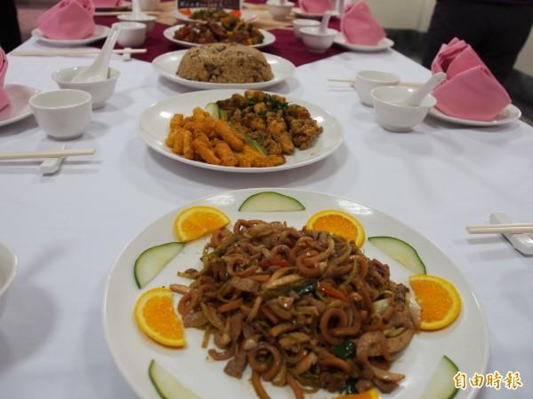 關山工商餐飲科學生煮出一道道佳餚。(記者王秀亭攝)