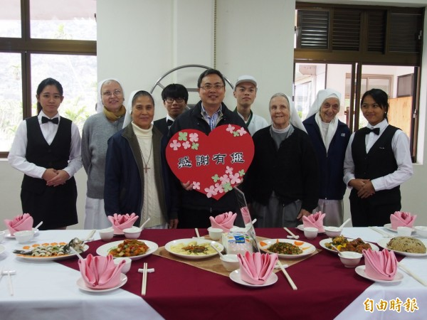 關山工商餐飲、觀光科學生宴請外籍修女,感謝她們對台東弱勢失能長輩的照顧。(記者王秀亭攝)