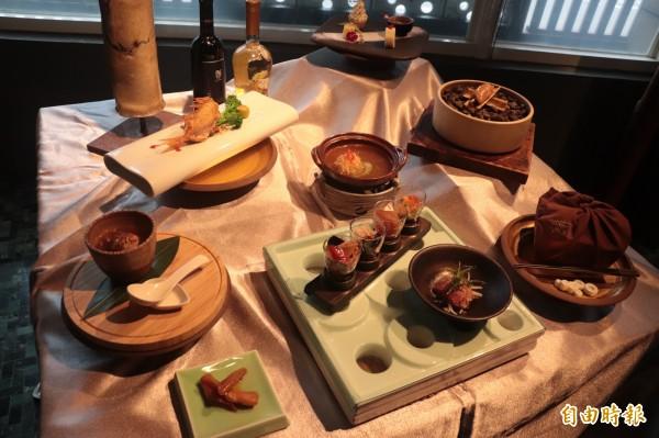 宜蘭縣文化局與麟手創料理餐廳、同根生樂團合作,以樂團創作樂曲為靈感,根據音樂內容連結相呼應的在地食材,由餐廳推出能「聽」的「尋根套餐」,共有10道菜。(記者林敬倫攝)