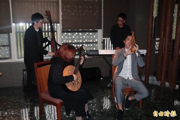 宜蘭在地樂團同根生,是以笙、中阮、柳琴、鋼琴、低音提琴及世界打擊樂為組成的融合樂團,今年推出首張原創專輯,以「連結」的概念貫穿。(記者林敬倫攝)