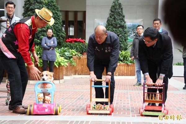 嘉義縣議長張明達(中)與太保市長黃榮利(右)與可愛狗明星比賽推車。(記者林宜樟攝)