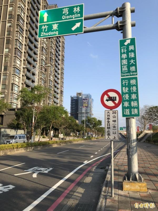 新竹縣政府基於結構安全考量,公告全日禁行20噸以上大貨車,警方表示將不定時加強取締違規車輛。(記者廖雪茹攝)