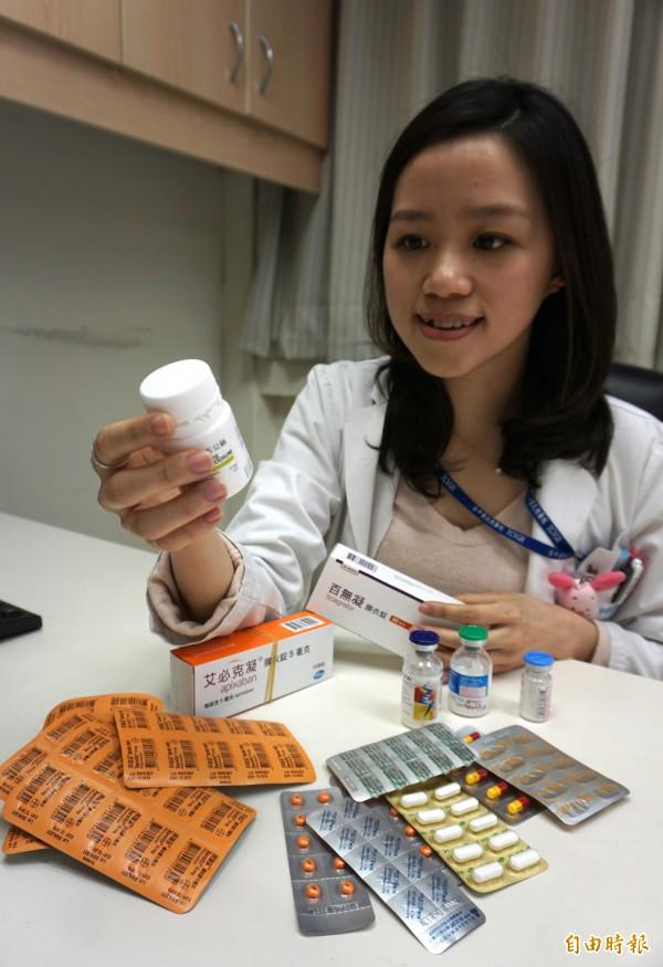 藥師廖婕羽提醒,民眾除了要記得自己用藥過敏史,中榮也開發病人用藥過敏攔劫系統,保障用藥安全。(記者蔡淑媛攝)