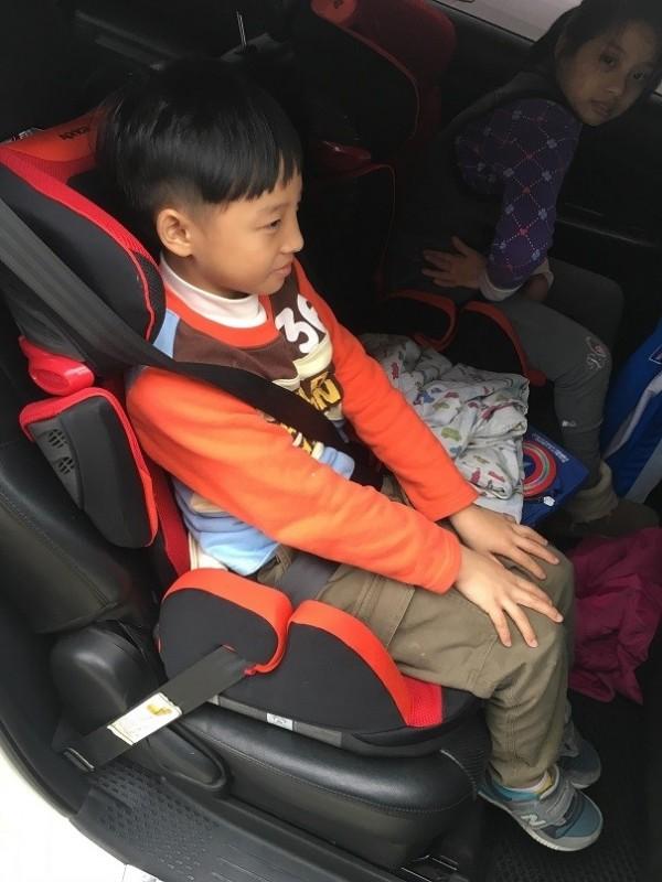 醫師提醒,12歲以下孩童都應坐在汽車後座,並使用安全帶或是安全座椅,才能避免憾事發生。(記者張議晨翻攝)