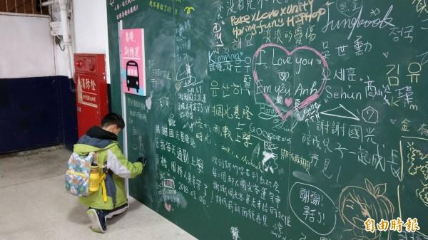 市府在國光客運大樓設置留言板,讓通勤族寫下心情小語。(記者盧賢秀攝)