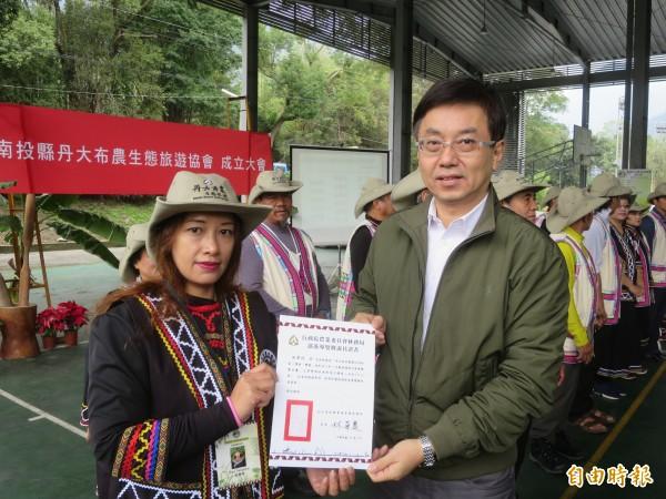 林務局輔導信義鄉丹大四大部落成立「丹大布農生態旅遊協會」,林務局長林華慶(右)出席頒贈導覽證書。(記者劉濱銓攝)