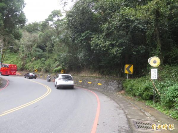 日月潭環潭公路的動物出沒標誌,圖面設計有如貓頭鷹的眼睛在看著用路人,相當搶眼。(記者劉濱銓攝)