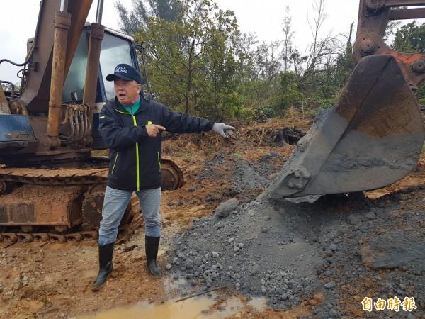 金門縣議員陳滄江對於日前僱請怪手從水庫附近土中挖出「礦物細料」感到憤怒。(記者吳正庭攝)