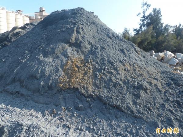 金門縣政府要求業者若有類似堆置「礦物細料」,應做好防滲、防漏措施。(記者吳正庭攝)
