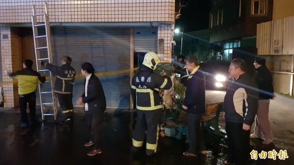 消防人員迅速將火勢撲滅,不過老婦也輕微嗆傷送醫。(記者彭健禮攝)
