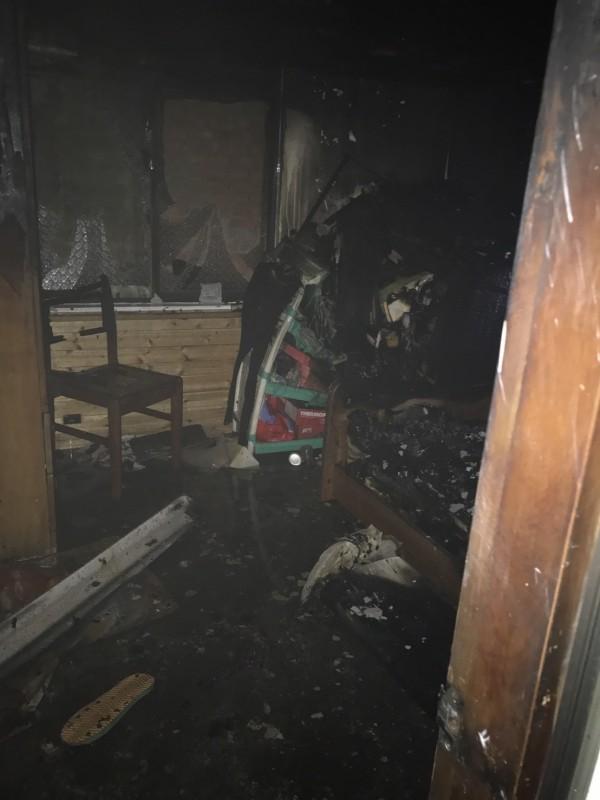 起火地點位在老婦房間。(記者彭健禮翻攝)