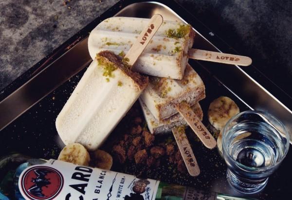 「蕉你轉大人」是用香蕉、萊姆酒、檸檬皮與燕麥餅乾做成。(記者王捷攝)  <h4>☆飲酒過量  有害健康  禁止酒駕☆</h4>