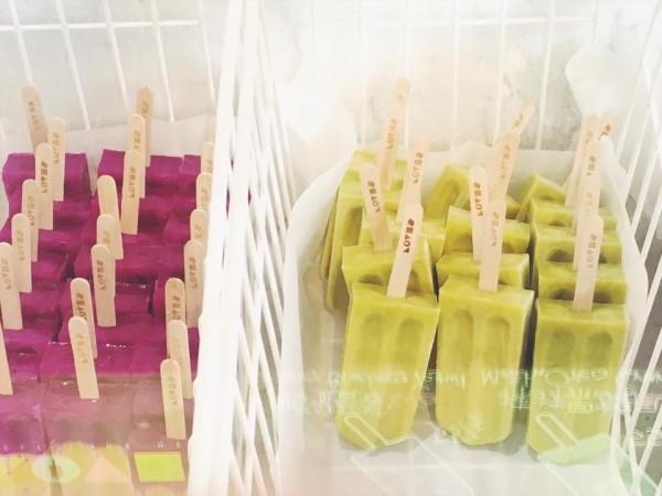 店內的雪糕都用水果與牛奶製成,不加任何化學添加物。(記者王捷翻攝)