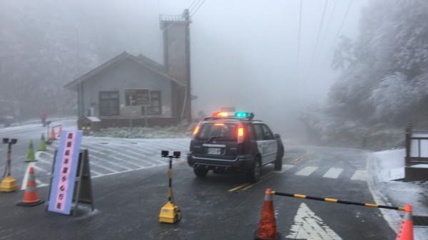 太平山聯外山路結冰,實施道路管制。(記者江志雄翻攝)