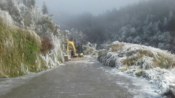 太平山聯外山路結冰。(記者江志雄翻攝)