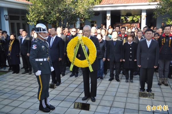中國國民黨主席吳敦義(前中)今帶領黨內幹部向故總統蔣經國獻花致敬。(記者周敏鴻攝)
