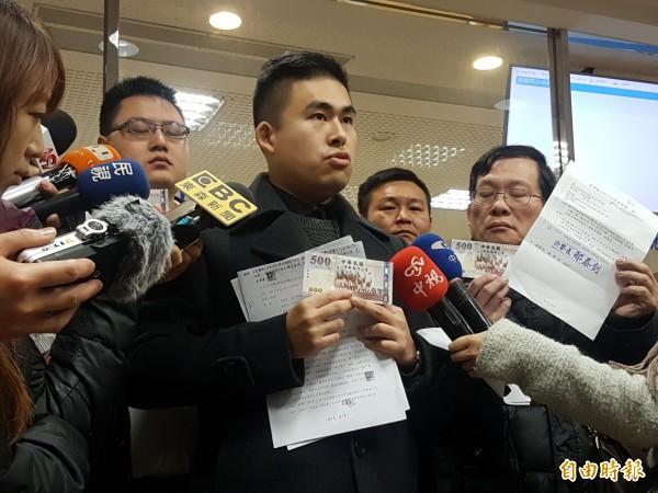 涉入中國學生周泓旭發展共諜組織案的新黨人士王炳忠,出示領取到的證人旅費。(記者謝君臨攝)