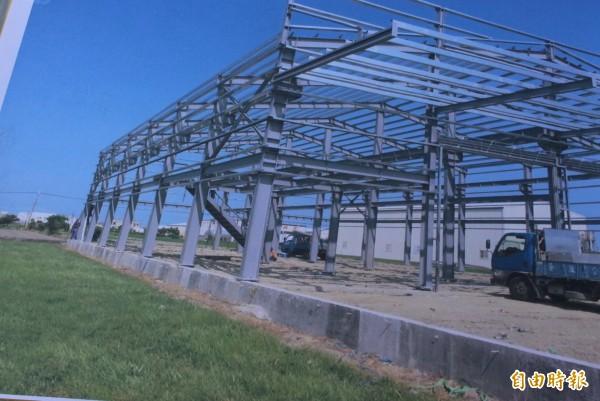 彰化縣政府今天確定拆除去年520蓋的農地違章工廠,預計今年3月底前拆除完成。(記者張聰秋翻攝)