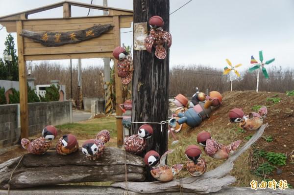 白沙鄉托兒所的「希望天地」,有素人藝術家林毅城設計的浮球麻雀裝置藝術。(記者劉禹慶攝)