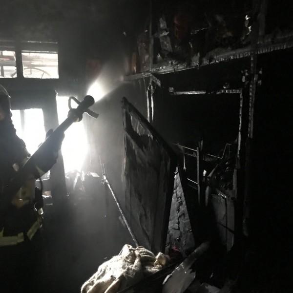 消防員冒著火煙上3樓起火戶搜救康龍妻子萬里鳳等人。(記者吳仁捷翻攝)
