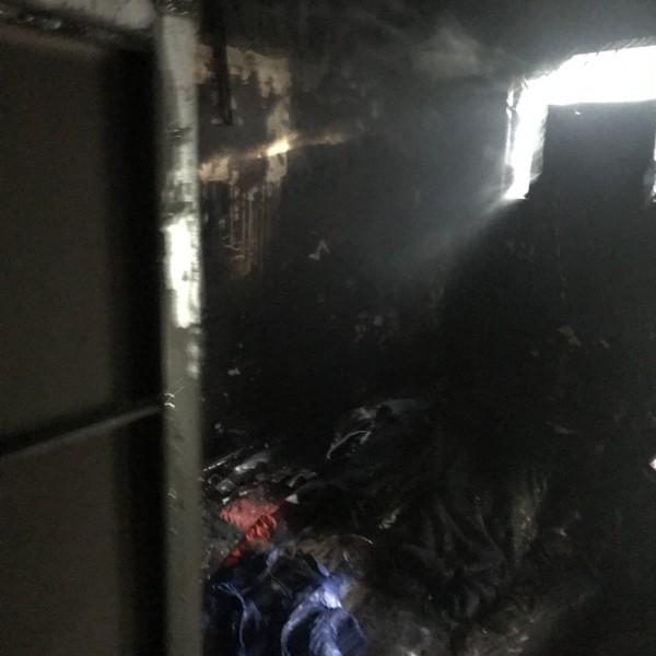 消防員冒著火煙上3樓起火戶搜索康龍妻子萬里鳳等人命;圖為起火的臥室。(記者吳仁捷翻攝)