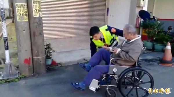 警方協助張姓老翁(右)平安返家。(記者周敏鴻攝)