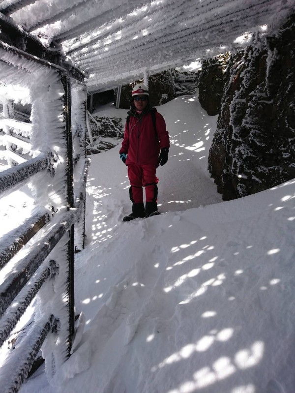 玉山冰封,積雪最深達10公分,排雲山莊人員勘查步道,沿線都是厚雪與冰封景象。(玉管處提供)