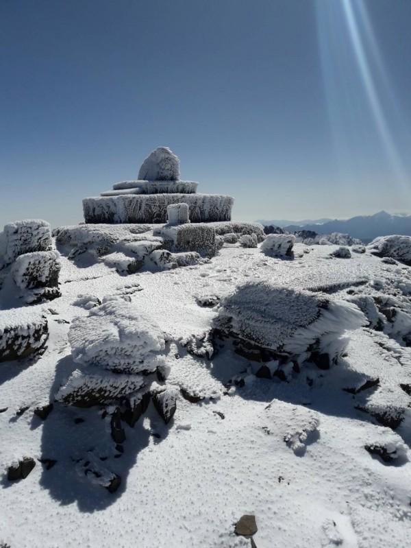 玉山冰封,海拔3千公尺以上山區呈現一片雪白景致。(玉管處提供)