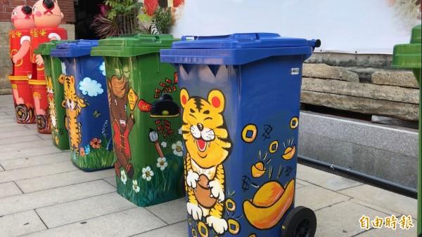 彰化市慶安宮廣場虎爺、赤兔馬等圖案的5座垃圾桶,標示收集垃圾種類,設置1個多月來,環境果然大改善。(記者湯世名攝)
