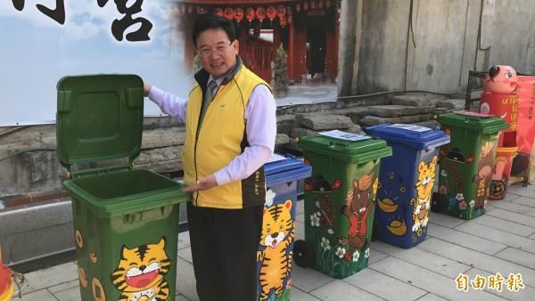 彰化市慶安宮廣場設置虎爺、赤兔馬等圖案的5座垃圾桶後,環境大有改善,市長邱建富考慮擴大實施。(記者湯世名攝)