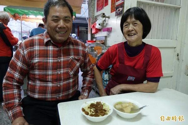 林明堂(圖左)與梁清涼(圖右)夫妻,靠著素食麵把小孩拉拔長大。(記者劉曉欣攝)