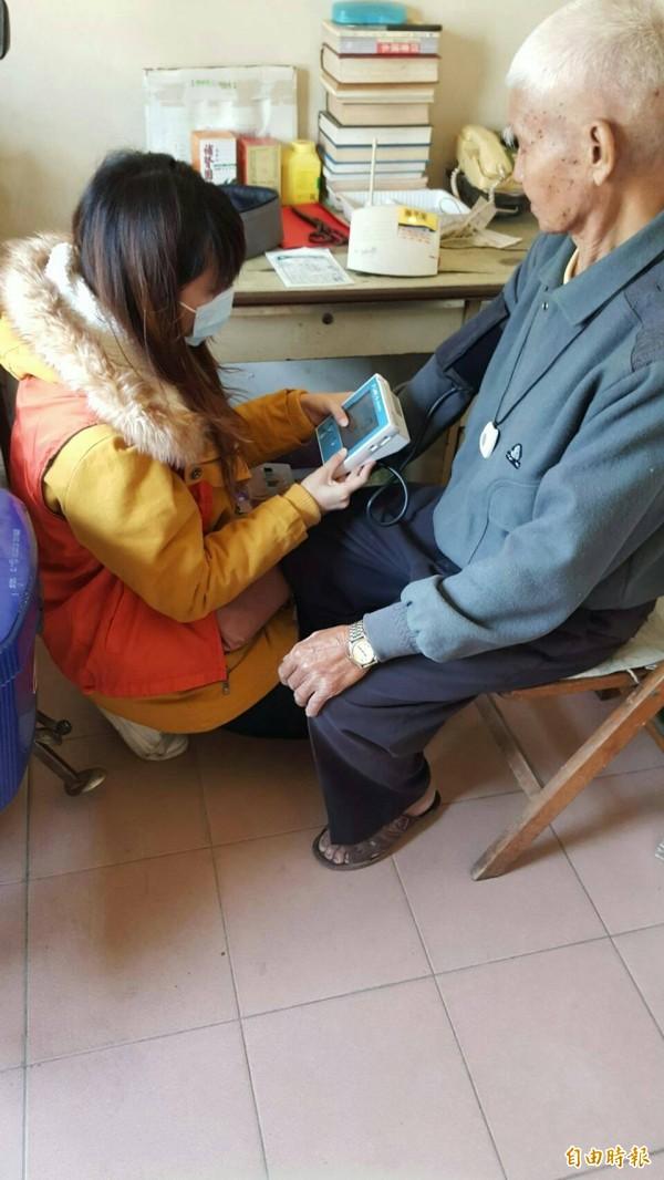 虎尾公所社會課人員為老人量血壓,關懷獨居老人。(記者廖淑玲攝)