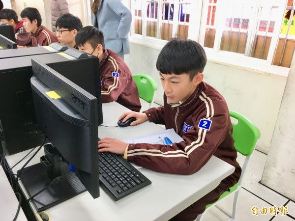 幸福國中國三學生劉康義(右),在試模擬測驗中獲得5A+++++的好成績,將武陵高中視為第一志願。(記者魏瑾筠攝)