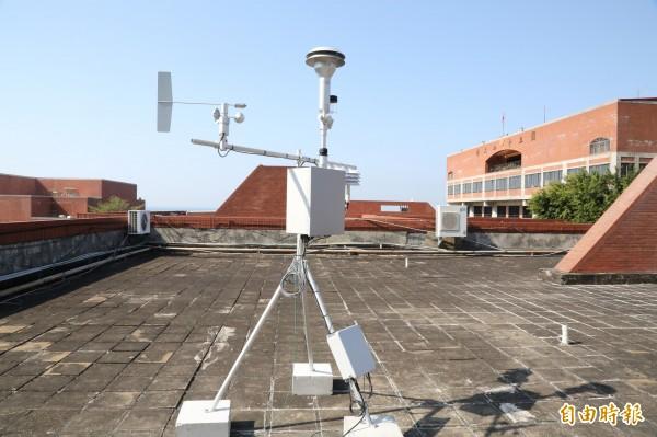 中山大學氣膠科研團隊,首設全國最近港PM2.5測站,圖為PM2.5監測儀。(記者黃旭磊攝)