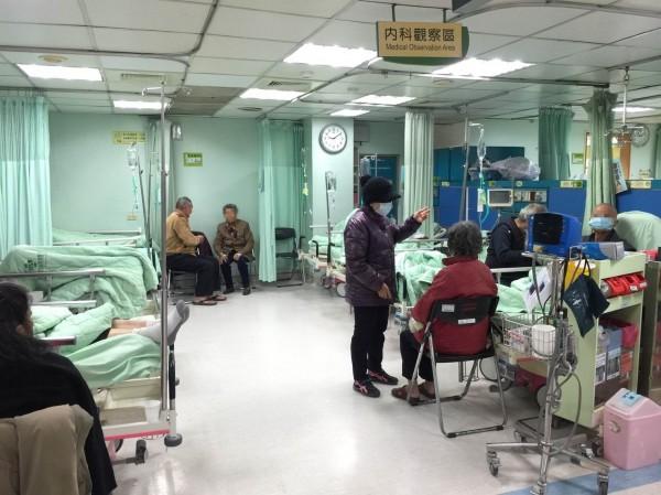 寒流來襲,醫院急診室病患增加,其中多半是長者。(記者湯世名翻攝)