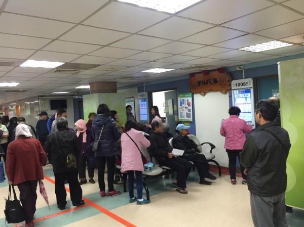 寒流來襲,醫院急診室湧入許多身體不適的病患。(記者湯世名翻攝)