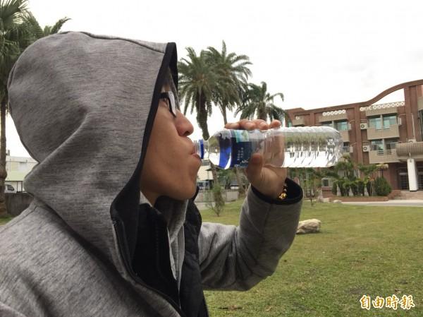 醫師建議民眾「多喝水是對的」,但並非百病萬靈丹,預防流感還是要注意保暖、勤洗手,藉此減少感染風險。 (記者王峻祺攝)