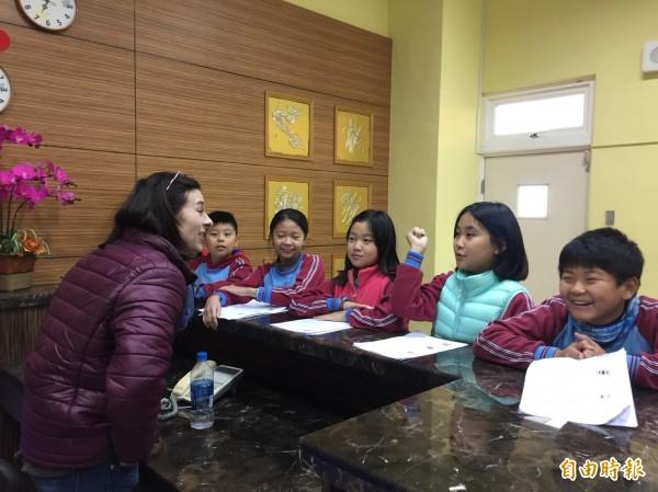安慶國小學生和外師全英語對話。(記者廖淑玲攝)