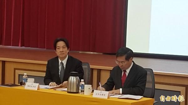 行政院長賴清德(左)、嘉義市長涂醒哲(右)出席座談會。(記者丁偉杰攝)