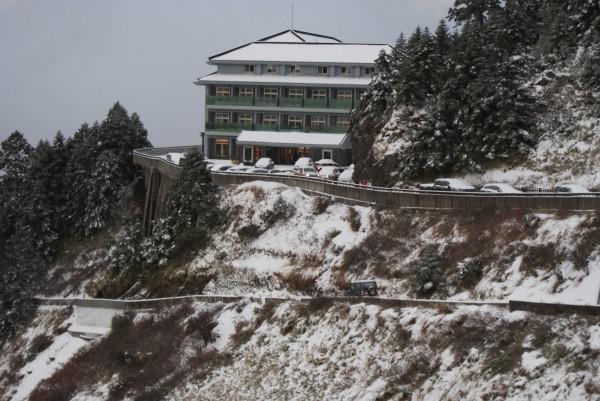 合歡山松雪樓覆蓋一層白雪。(東勢林管處提供)