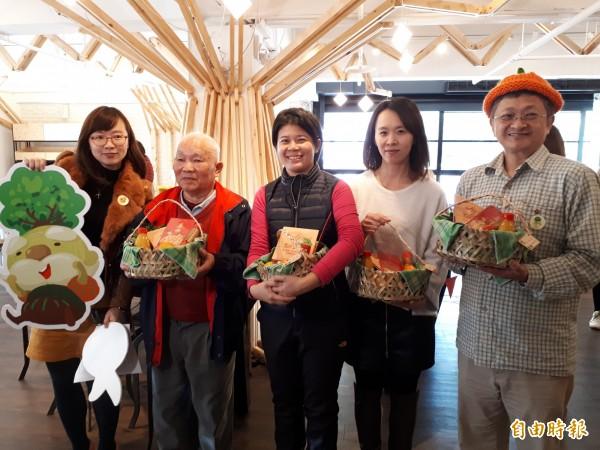 新竹縣芎林鄉推出「橘利一家人」的柑橘禮盒進軍新竹科學園區,在手編竹籃達人手作的竹籃裡,可一次吃到9種柑橘和1瓶香桔醬。(記者洪美秀攝)