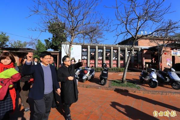 市長林佳龍到東勢客家文化園區視察。(記者李忠憲攝)