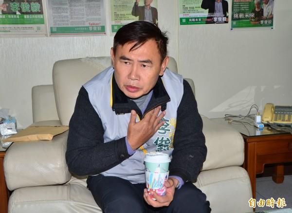 李俊毅公布自己的選舉支出,希望各陣營都能比照辦理。(記者吳俊鋒攝)