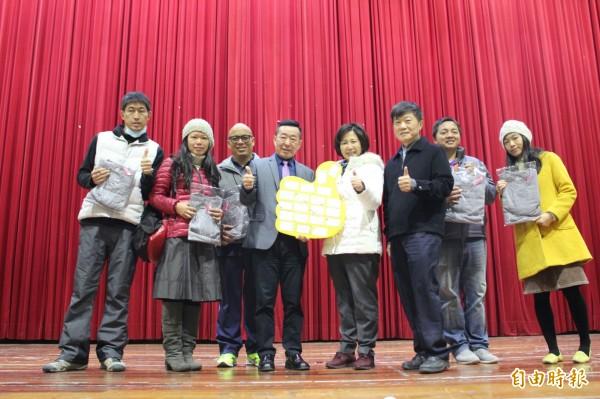 成衣業者林俊雄(左4)響應溪洲國小行善精神,捐贈發熱衣予學校老師與導護媽媽。(記者陳冠備攝)