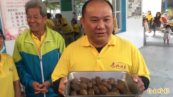 赤山社區發展協會理事長潘嘉明不好意思地說,「黑搓巧」真的像狗大便!(記者羅欣貞攝)