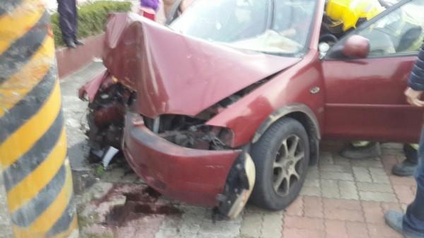 屏東縣枋山國小前今天下午有小客車自撞電線桿,車頭撞到凹陷。(記者陳彥廷翻攝)
